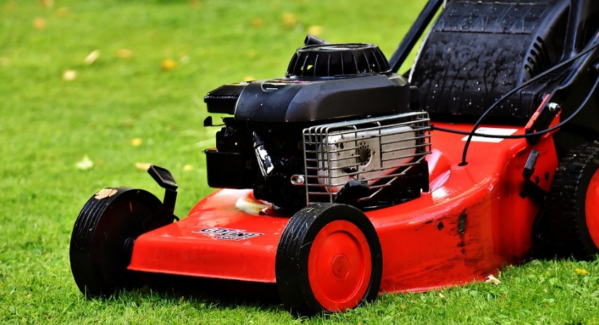 What are the Advantages of Hiring Experts for Lawn Mowing Services in Commercial Facility?